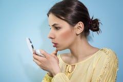 Frau mit einem Spiegel in der Hand Lizenzfreie Stockfotos
