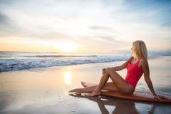 Frau mit einem Surfbrett Lizenzfreie Stockfotos