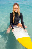 Frau mit einem Surfbrett an einem sonnigen Tag Stockfotos
