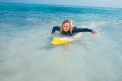 Frau mit einem Surfbrett an einem sonnigen Tag Stockbilder