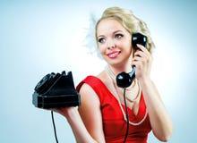 Frau mit einem Telefon Stockbild