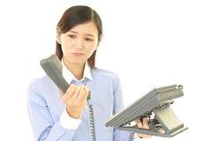 Frau mit einem Telefon Lizenzfreie Stockfotos