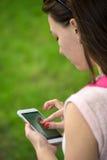 Frau mit einem Telefon in ihrer Hand stockbilder