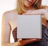 Frau mit einem unbelegten Kasten lizenzfreies stockbild