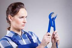 Frau mit einem Universalschraubenschlüssel Stockfoto