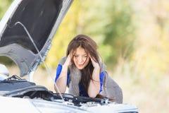 Frau mit einem unterbrochenen Auto Lizenzfreies Stockfoto