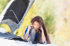 Frau mit einem unterbrochenen Auto Lizenzfreie Stockfotos