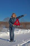 Frau mit einem warnenden Dreieck Stockfotos