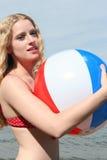 Frau mit einem Wasserball Lizenzfreie Stockbilder