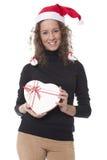 Frau mit einem Weihnachtshut- und -schokoladenkasten stockfotografie