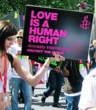 Frau mit einem Zeichen im Schwule und Lesbenfestival Lizenzfreies Stockfoto