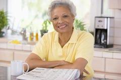 Frau mit einem Zeitungslächeln lizenzfreie stockbilder