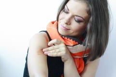 Frau mit einer Änderung am Objektprogramm auf ihrer Schulter Lizenzfreie Stockfotografie