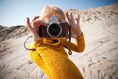 Frau mit einer alten Kamera Lizenzfreie Stockfotografie