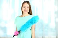 Frau mit einer Bürste für das Abwischen Lizenzfreies Stockbild