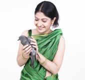 Frau mit einer balck Taube stockbilder