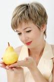 Frau mit einer Birne Lizenzfreies Stockbild