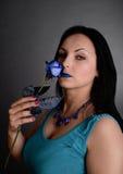 Frau mit einer blauen Rose Stockfotos
