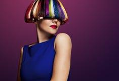 Frau mit einer creatie Farbe des Haares Regenbogenhaar Stockfotografie