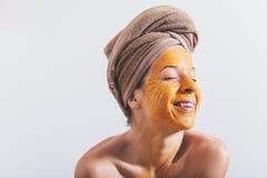 Frau mit einer Eimaske auf ihrem Gesicht Lizenzfreies Stockfoto