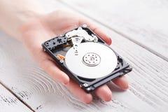 Frau mit einer Festplatte HDD in den Händen lizenzfreie stockfotografie