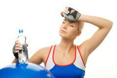 Frau mit einer Flasche Wasser lizenzfreie stockbilder