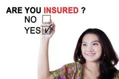 Frau mit einer Frage von sind Sie Versicherte Stockfoto