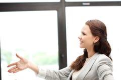 Frau mit einer geöffneten Hand betriebsbereit zum Händedruck lizenzfreie stockfotos