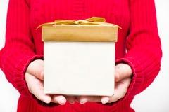 Frau mit einer Geschenkbox in den Händen Lizenzfreies Stockbild