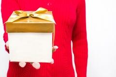 Frau mit einer Geschenkbox in den Händen Stockbild