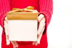Frau mit einer Geschenkbox in den Händen Lizenzfreie Stockfotos