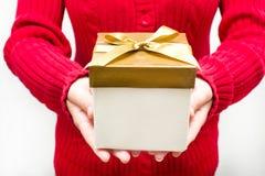 Frau mit einer Geschenkbox in den Händen Stockfotografie