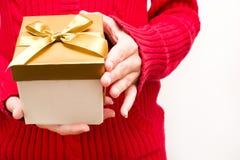 Frau mit einer Geschenkbox in den Händen Lizenzfreies Stockfoto