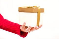 Frau mit einer Geschenkbox in den Händen Lizenzfreie Stockfotografie