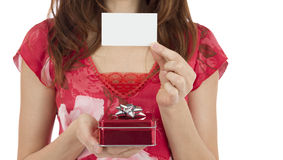 Frau mit einer Geschenkbox, die einen leeren Gutschein zeigt Stockfotografie