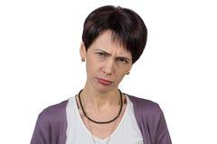 Frau mit einer Grimasse auf ihrem Gesicht Lizenzfreie Stockfotografie