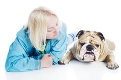 Frau mit einer Hundeenglischbulldogge   Lizenzfreie Stockbilder