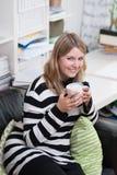Frau mit einer Kaffeetasse in ihrer Hand Stockbild