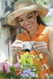 Frau mit einer Kamera im Garten Stockfoto