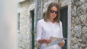 Frau mit einer Karte