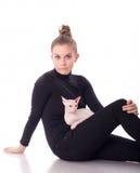 Frau mit einer Katze lizenzfreies stockbild