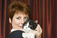 Frau mit einer Katze Stockfotografie