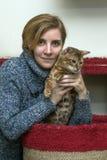 Frau mit einer Katze Lizenzfreie Stockfotografie