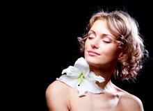 Frau mit einer Lilie Lizenzfreies Stockfoto