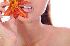 Frau mit einer Lilie in den Händen Lizenzfreies Stockbild