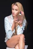 Frau mit einer Phiole Parfüm Lizenzfreies Stockbild