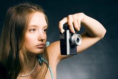 Frau mit einer Retro- Kamera Lizenzfreie Stockfotos