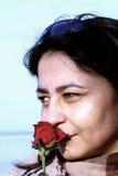 Frau mit einer Rose Stockbild