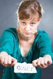 Frau mit einer RUHIGEN Anmerkung Lizenzfreie Stockfotografie