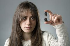 Frau mit einer Schachfigur stockfotografie